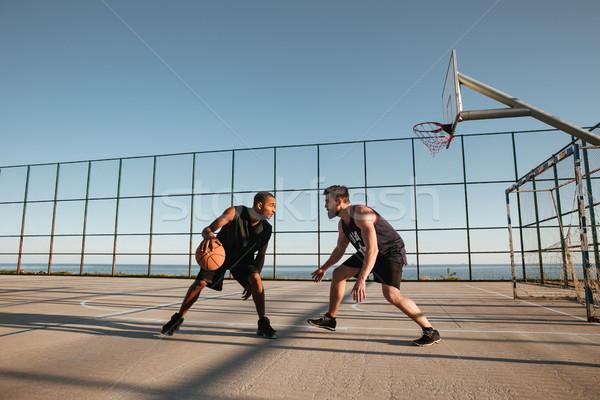 Portret dwa młodych mężczyzn gry koszykówki boisko Zdjęcia stock © deandrobot
