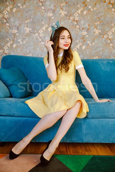 Wesoły młodych pinup pani posiedzenia sofa Zdjęcia stock © deandrobot