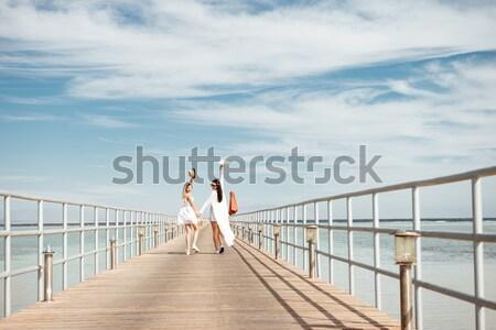 Ver de volta belo mulher jovem caminhada pier branco Foto stock © deandrobot