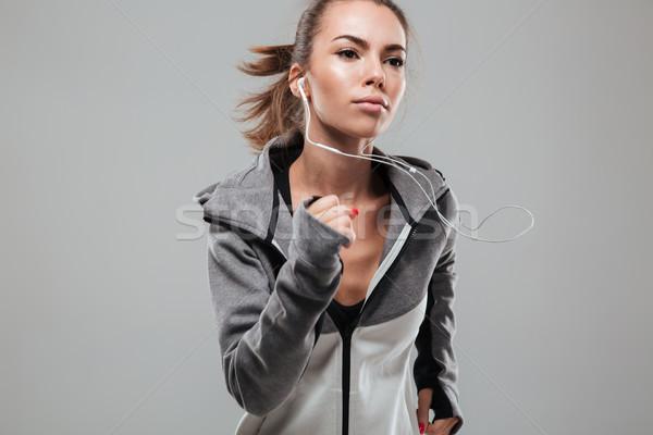 Geconcentreerde vrouwelijke runner warm kleding lopen Stockfoto © deandrobot
