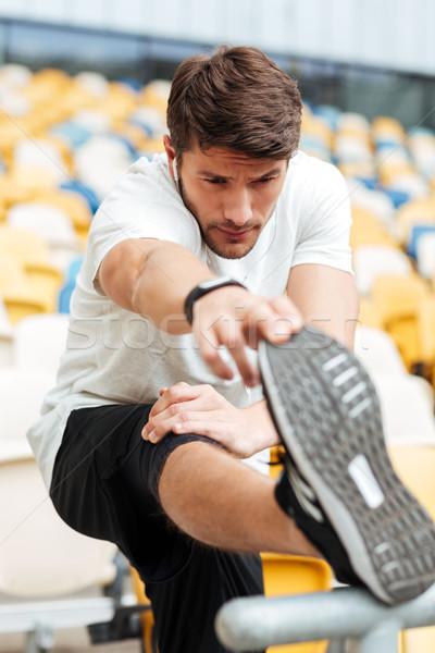 Poważny młodych sportowe człowiek stadion Zdjęcia stock © deandrobot