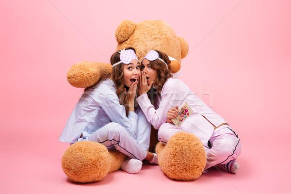 Dwa uśmiechnięty młodych dziewcząt piżama posiedzenia Zdjęcia stock © deandrobot