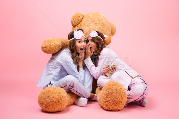 Twee glimlachend jonge meisjes pyjama vergadering Stockfoto © deandrobot