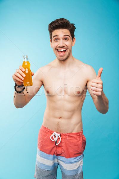 Portret vrolijk shirtless man tonen bierfles Stockfoto © deandrobot