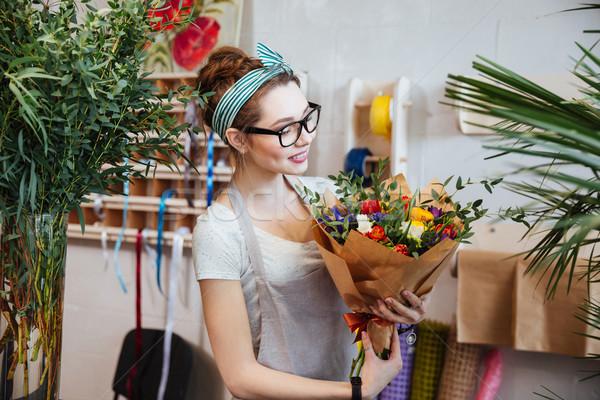 Donna sorridente fiorista bouquet fiori shop Foto d'archivio © deandrobot
