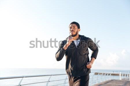 Sportoló zenét hallgat telefon áll móló koncentrált Stock fotó © deandrobot
