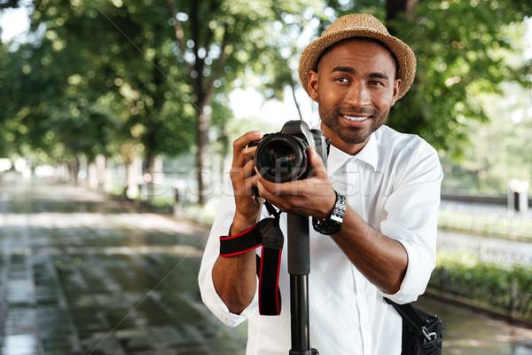 Komik siyah adam park kamera şapka adam Stok fotoğraf © deandrobot