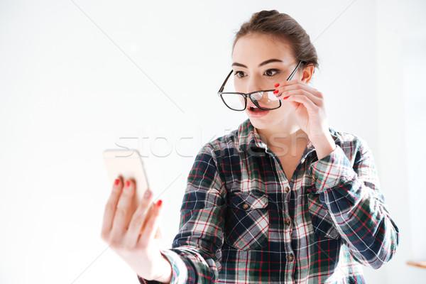 путать женщину посмотреть телефон изображение Сток-фото © deandrobot