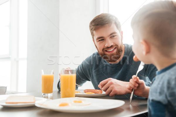 Barbudo pai alimentação cozinha pequeno filho Foto stock © deandrobot