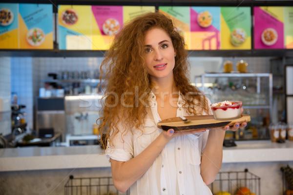 Mosolyog pincérnő tart tálca desszert kávézó Stock fotó © deandrobot