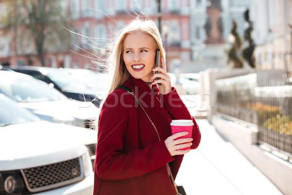 Stockfoto: Glimlachend · jonge · kaukasisch · vrouw · lopen · buitenshuis