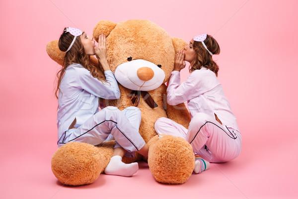 Twee meisjes pyjama vergadering groot teddybeer Stockfoto © deandrobot