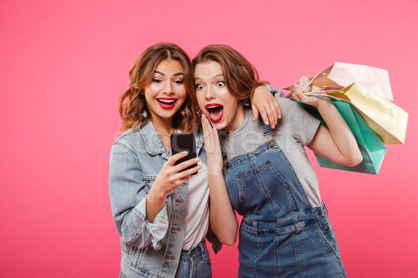 Stockfoto: Geschokt · twee · vrouwen · vrienden · mobiele · telefoon