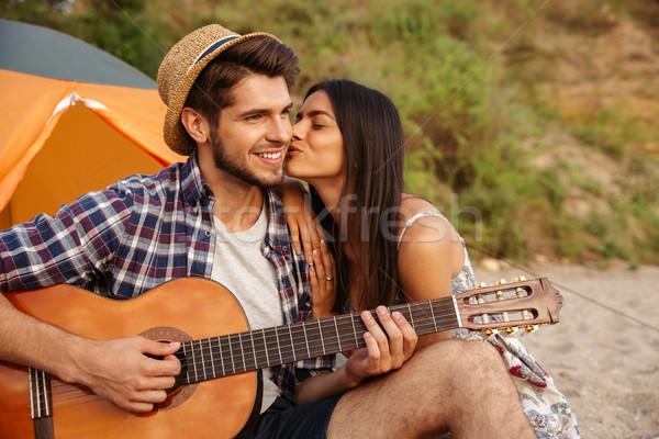 Foto d'archivio: Uomo · giocare · chitarra · fidanzata · seduta · tenda