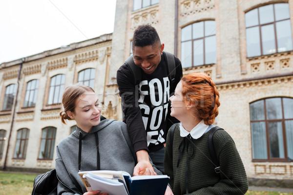 Sorridente adolescentes leitura livros ao ar livre Foto stock © deandrobot