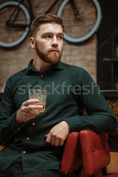 Afbeelding man vergadering fauteuil drinken whiskey Stockfoto © deandrobot