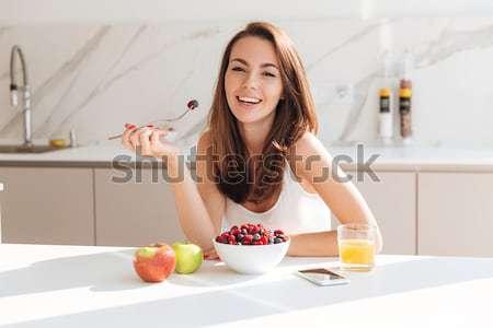 ストックフォト: 幸せ · 若い女性 · 飲料 · コーヒー · 座って · 表