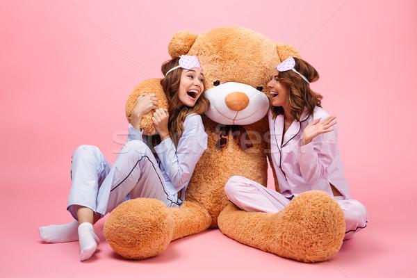 Dwa uśmiechnięty szczęśliwy dziewcząt piżama posiedzenia Zdjęcia stock © deandrobot