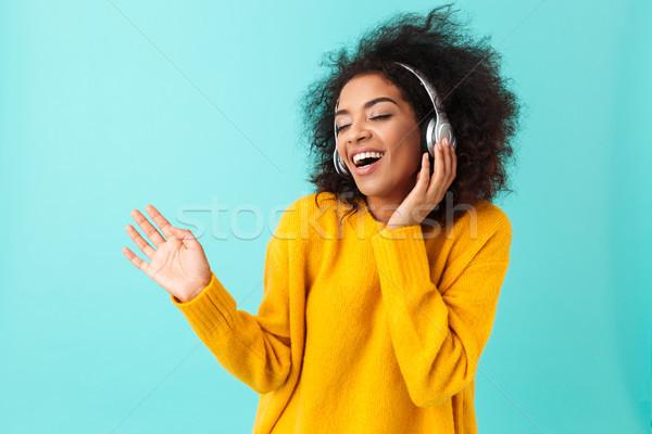 Godny podziwu amerykański kobieta żółty shirt śpiewu Zdjęcia stock © deandrobot