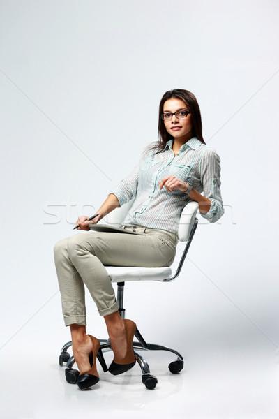 Stockfoto: Jonge · mooie · zakenvrouw · vergadering · bureaustoel · grijs