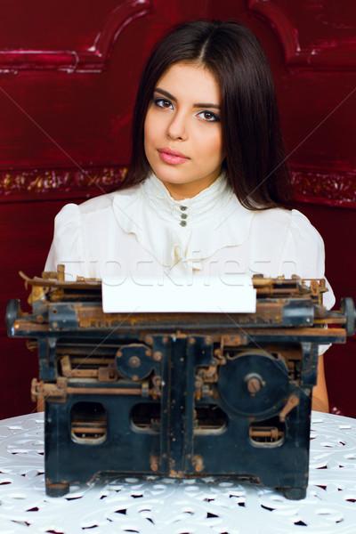 Jonge mooie vrouw typen brief antieke toetsenbord Stockfoto © deandrobot
