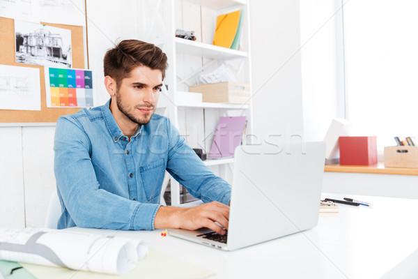 ハンサム 小さな カジュアル ビジネスマン 作業 ノートパソコン ストックフォト © deandrobot