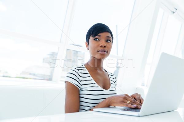 Atrakcyjny młoda kobieta księgowy pracy biuro Zdjęcia stock © deandrobot