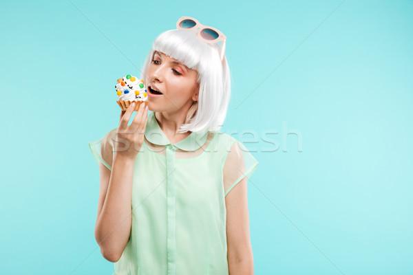 Heureux jeune femme perruque manger Photo stock © deandrobot