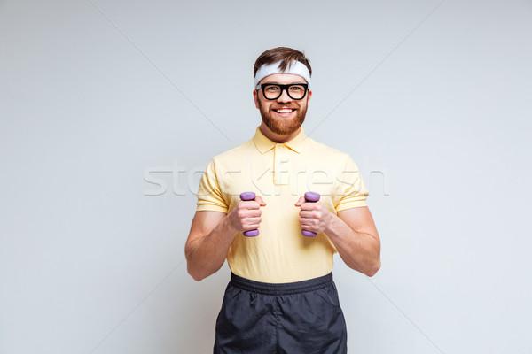 Foto stock: Masculino · nerd · halteres · óculos · isolado · cinza