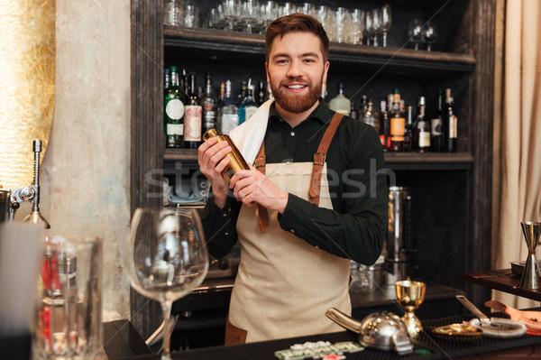 Feliz jóvenes barbado hombre barman pie Foto stock © deandrobot