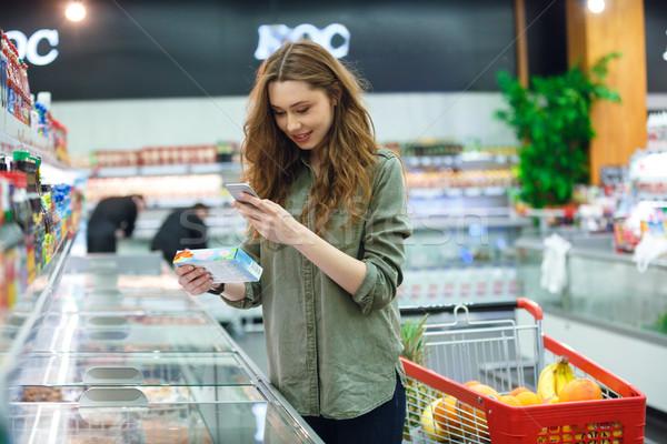 Zdjęcia stock: Wesoły · kobieta · produktu · brunetka · supermarket