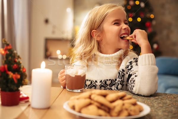 Sevimli küçük kız içme kakao yeme kurabiye Stok fotoğraf © deandrobot