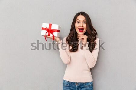 Donna sorridente maglione scatola regalo Palm sorridere Foto d'archivio © deandrobot