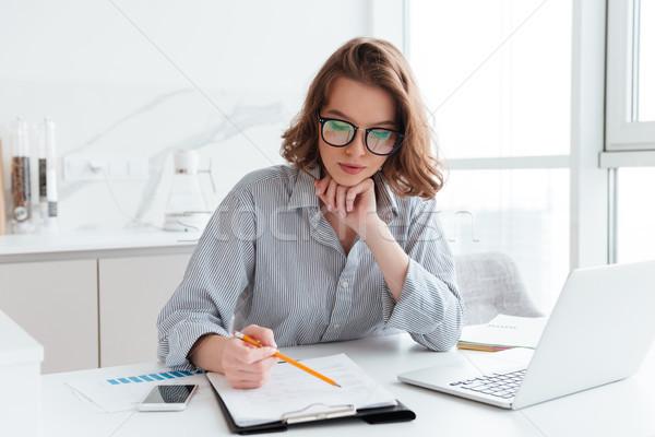 Jóvenes concentrado mujer de negocios gafas a rayas camisa Foto stock © deandrobot