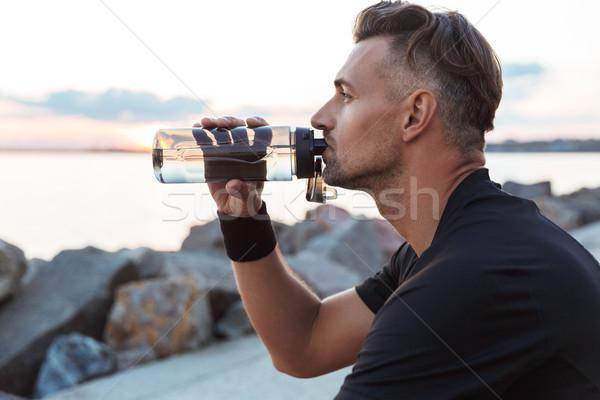 Portret dopasować sportowiec woda pitna butelki posiedzenia Zdjęcia stock © deandrobot