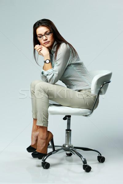 Stok fotoğraf: Genç · dalgın · kadın · oturma · ofis · koltuğu · gri