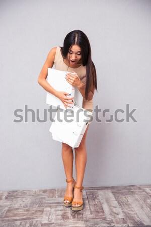 Femeie trendy rochie de culoare alba prezinta studio portret Imagine de stoc © deandrobot