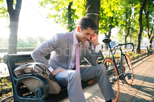 Stockfoto: Glimlachend · zakenman · praten · telefoon · buitenshuis · vergadering