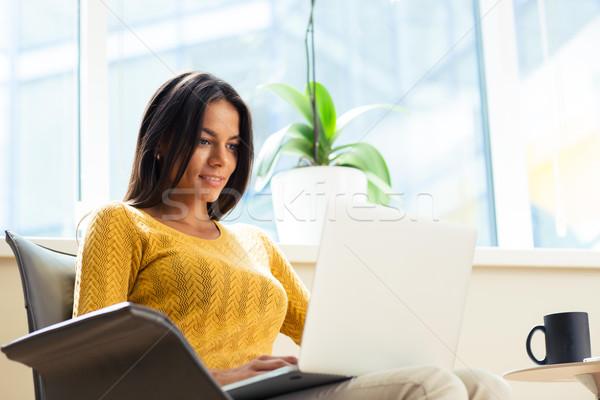 カジュアル 女性実業家 座って 事務椅子 ノートパソコン 幸せ ストックフォト © deandrobot