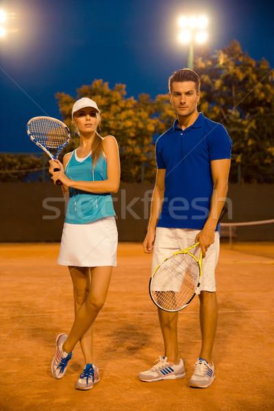 Homem mulher em pé quadra de tênis retrato Foto stock © deandrobot