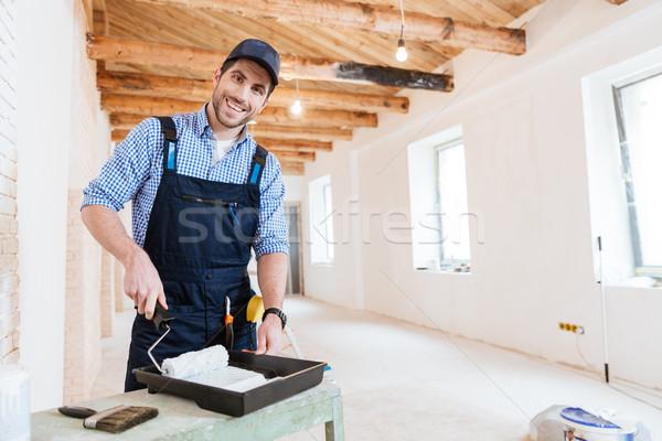 Stockfoto: Glimlachend · bouwer · verf · binnenshuis · knap · jonge