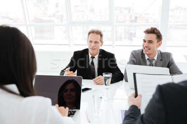 Zakenlieden vergadering conferentiezaal vergadering tabel man Stockfoto © deandrobot