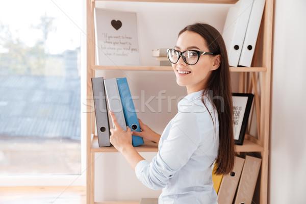 Zakenvrouw map boekenplank vrolijk jonge Stockfoto © deandrobot