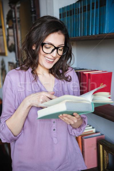 Portre gülen olgun kadın okuma kitap ayakta Stok fotoğraf © deandrobot