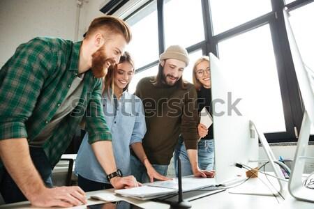 Foto stock: Concentrado · colegas · em · pé · escritório · foto · jovem