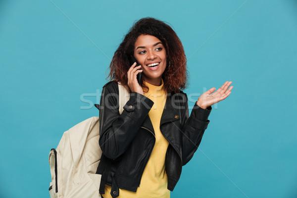Feliz africano mulher jaqueta de couro mochila falante Foto stock © deandrobot