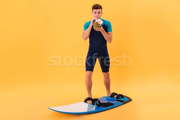 Afbeelding glimlachend surfer surfboard drinken cocktail Stockfoto © deandrobot