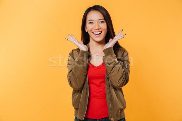 Feliz asiático mulher jaqueta de mãos dadas cabeça Foto stock © deandrobot
