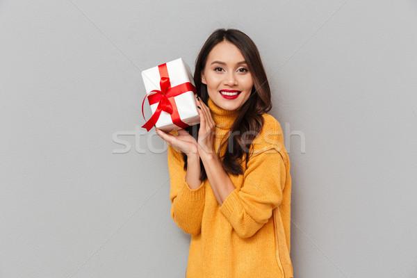 笑みを浮かべて ブルネット 女性 セーター ギフトボックス ストックフォト © deandrobot