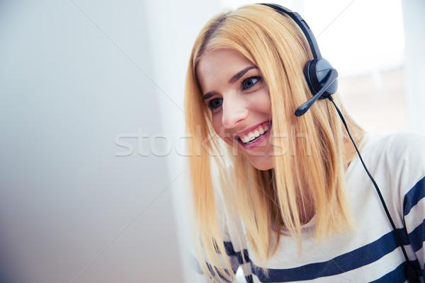 Lány headset asztali számítógép boldog fiatal lány iroda Stock fotó © deandrobot